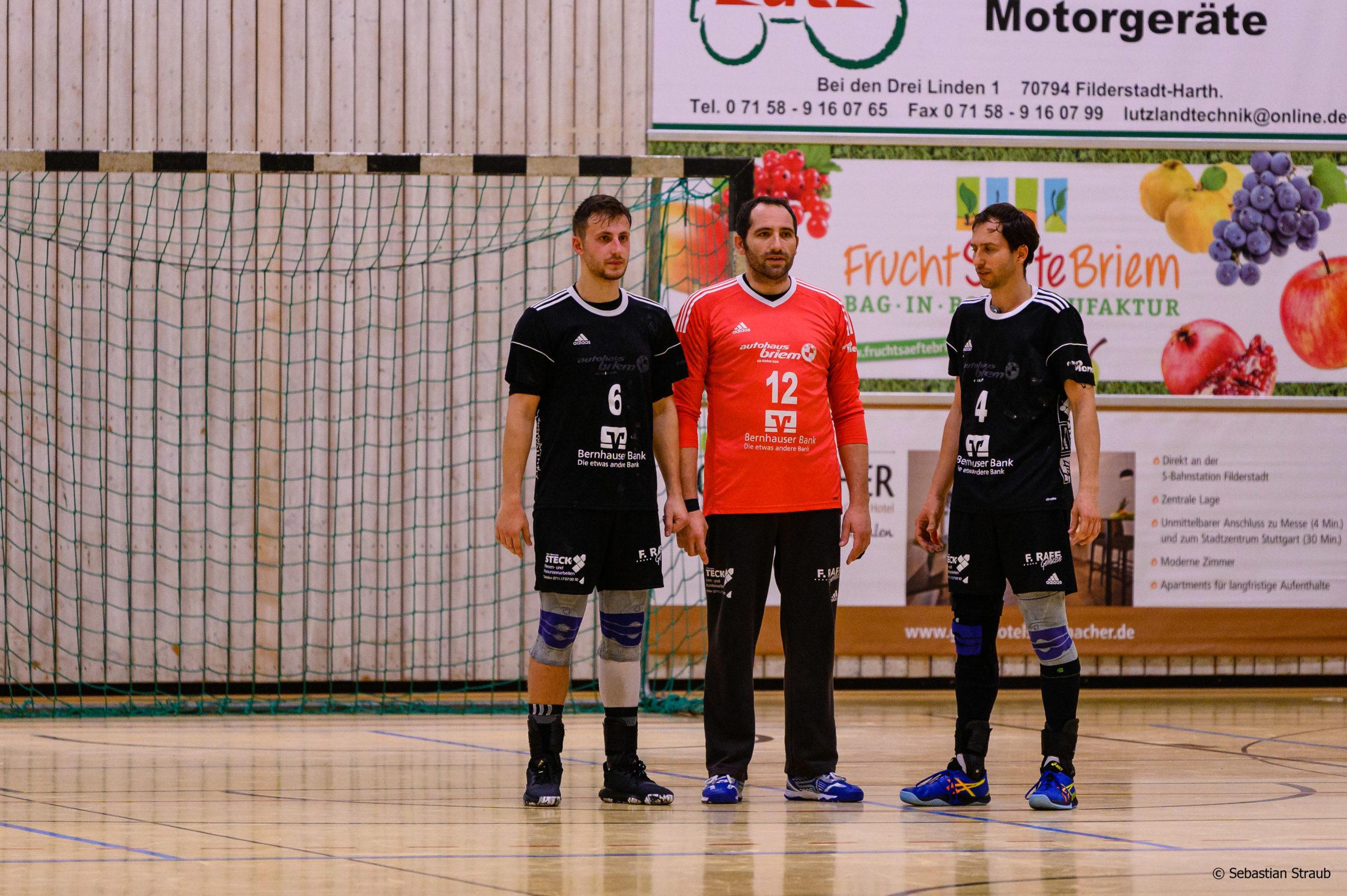 Das Foto ist von der Niederlage gegen HT Uhingen-Holzhausen. Es zeigt Uli Bückle, Musai Zeneli und Martin Alber, die nach dem Spiel etwas bedröppelt dreinschauen.