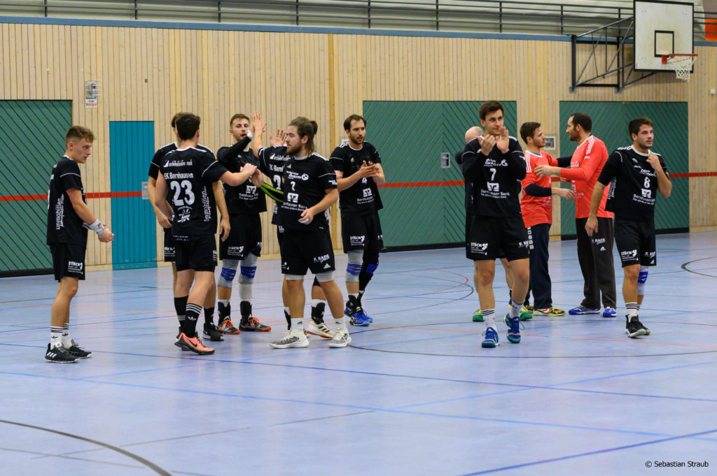 Das Bild ist vom Pokalsieg gegen Deizisau und zeigt die Spieler des EK Bernhausen beim abklatschen und sich bei den Fans bedanken.